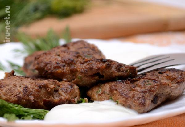 оладьи-из-куриной-печени-с-укропом и сметаной