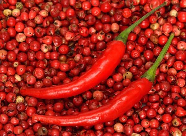 красный перец в шиповнике